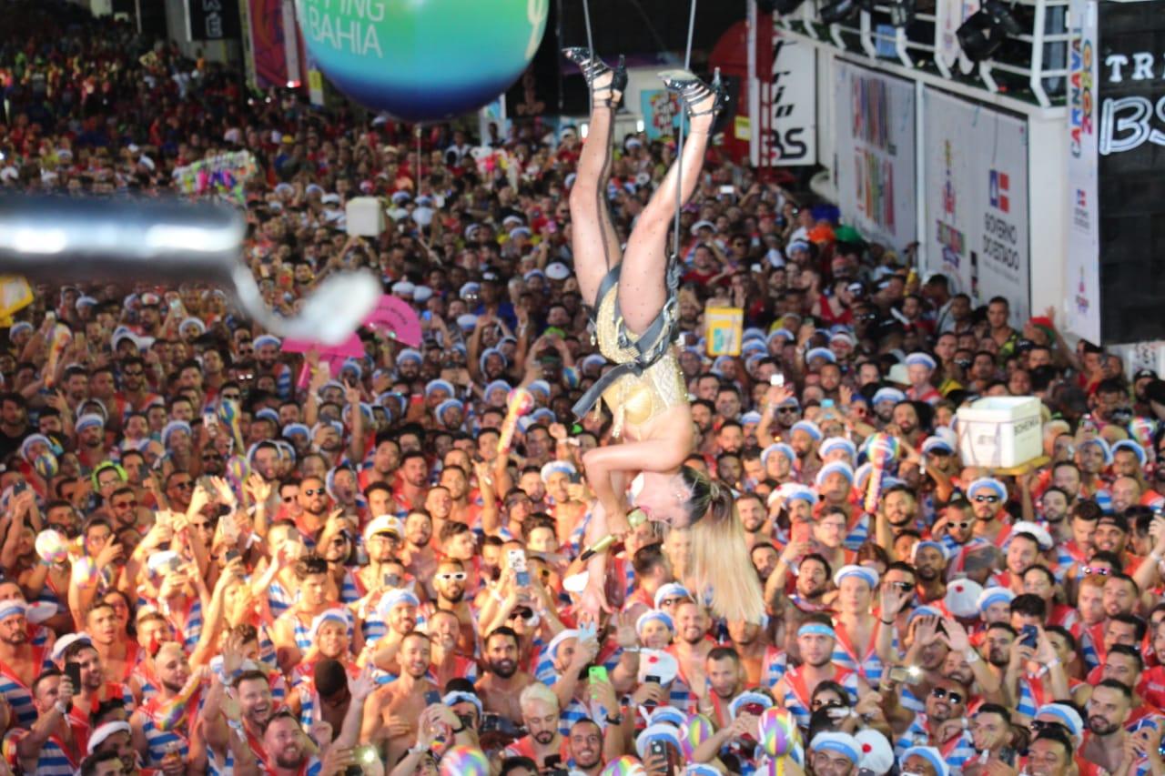 Vestida de Madonna, Cláudia Leitte chega causando na segunda noite do Carnaval de Salvador 2020