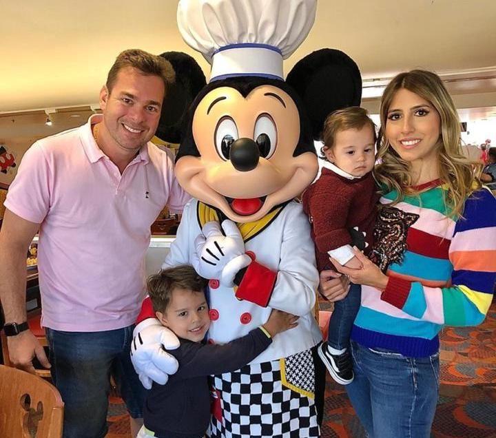 Tayra Romcy e Léo Aguiar curtem temporada de diversão com os pequenos na Disney