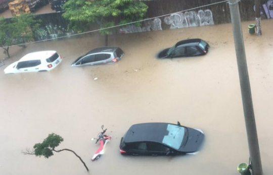 """Fortes chuvas geram caos no trânsito e """"travam"""" São Paulo"""