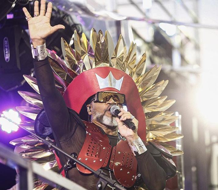 Na companhia de 150 percurssionistas, Carlinhos Brown abre oficialmente o Carnaval de Salvador