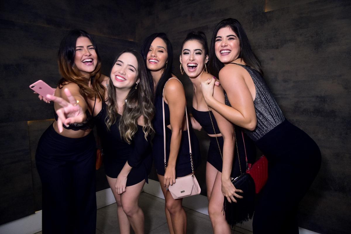 Deejays Gabriel Albu e Lobão comandam a pick-ups e botam todo mundo pra dançar na privezinha da Living
