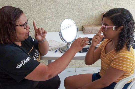 Óticas Visão distribui óculos a estudantes de projetos sociais