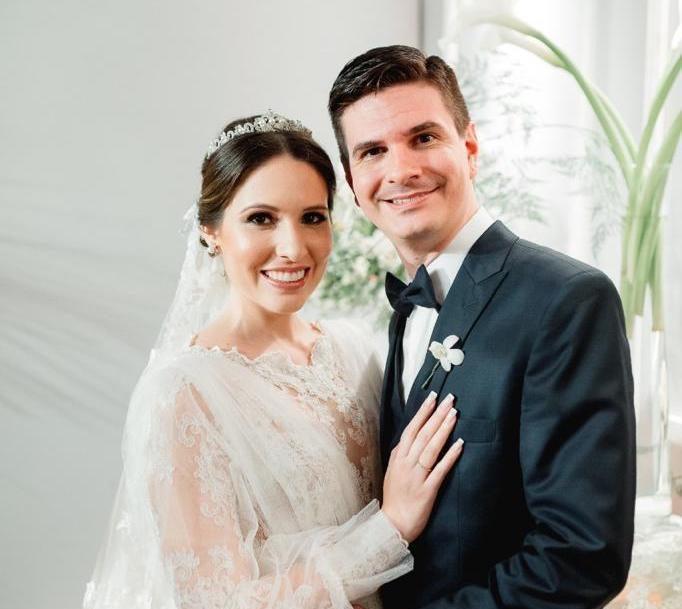 Júlia Andrade e Rafael Saldanha trocam as alianças na Igreja do Seminário da Prainha