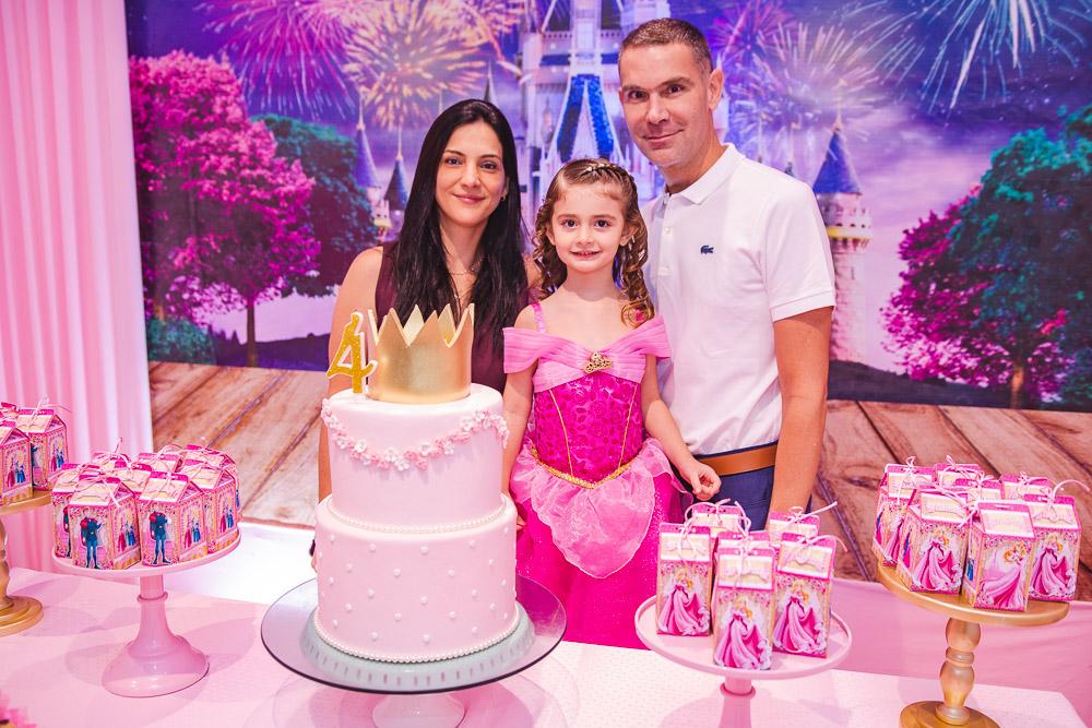 Clarissa Coelho e Márcio Calux festejam os quatro anos de Nicole no Clube das Estrelinhas