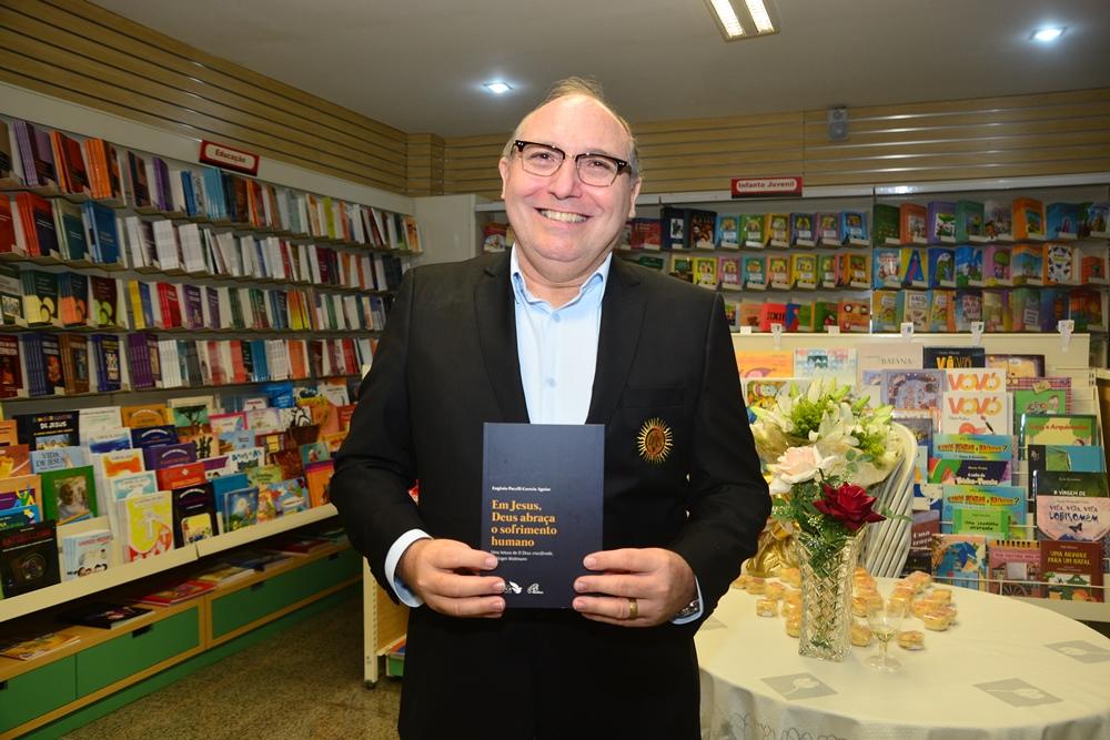 """Pe. Eugênio Pacelli pilota o lançamento do livro """"Em Jesus, Deus abraça o sofrimento humano"""""""