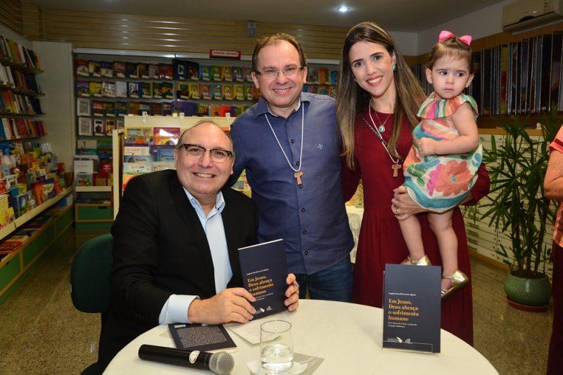 """Sessão de autógrafos - Pe. Eugênio Pacelli pilota o lançamento do livro """"Em Jesus, Deus abraça o sofrimento humano"""""""