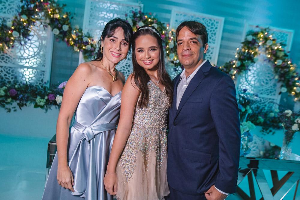 Renata e Fernando Bezerra festejam os 15 anos da herdeira Jéssica no Fiestas Buffet