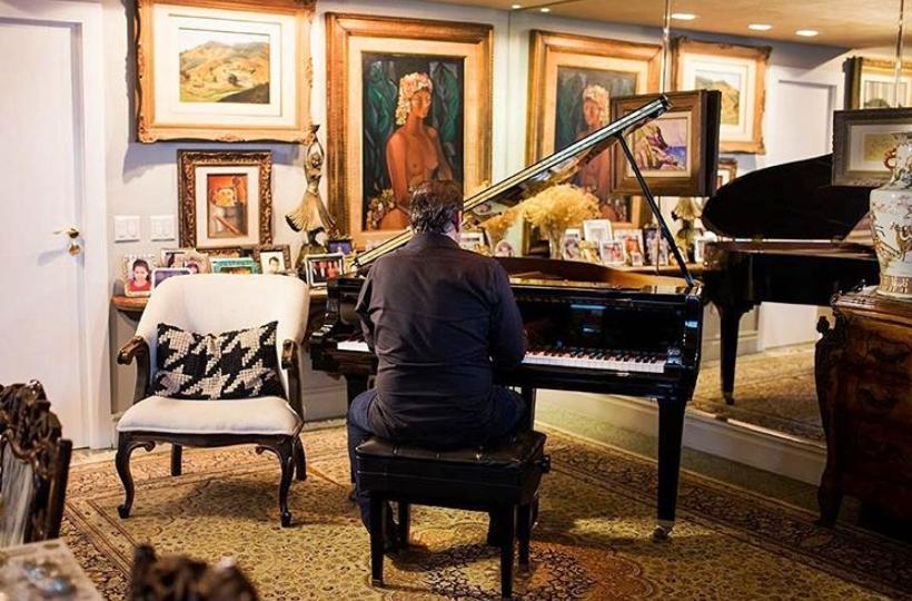 Ricardo Bacelar interpreta os clássicos da música brasileira em transmissão ao vivo do Projeto Pôr do Sol