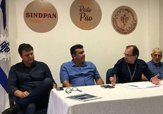 Integrantes do Sindpan ouvem propostas do candidato Carlos Matos