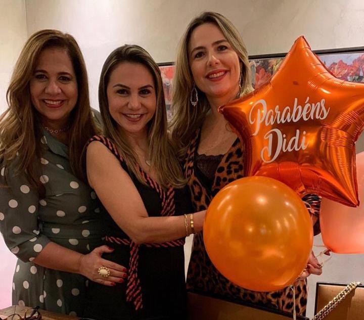 Dona de um astral que contagia, Adriana Queiroz ganha três festas de aniversário surpresa