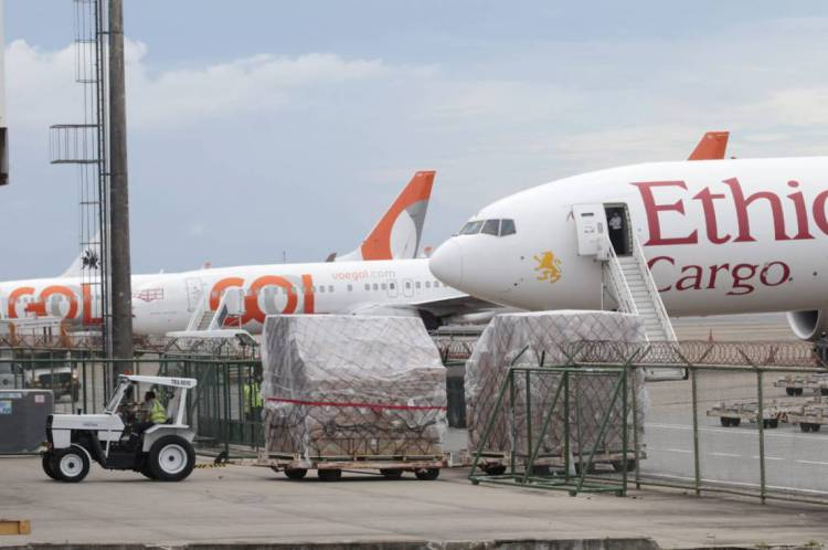 Avião trazendo 90 toneladas de EPIs e kits de testagem contra o coronavírus chega a Fortaleza