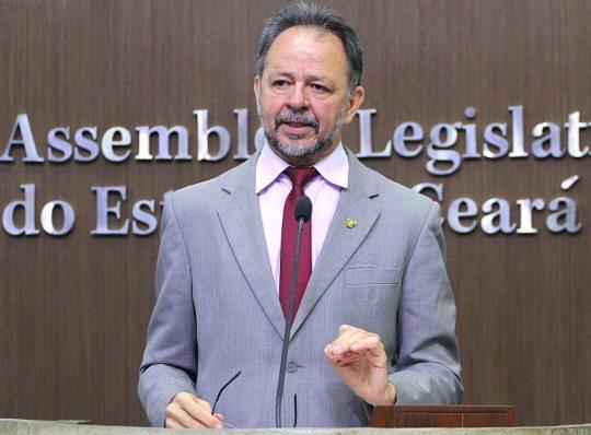 Acrísio Sena questiona paralisação das operações da Petrobras no Ceará