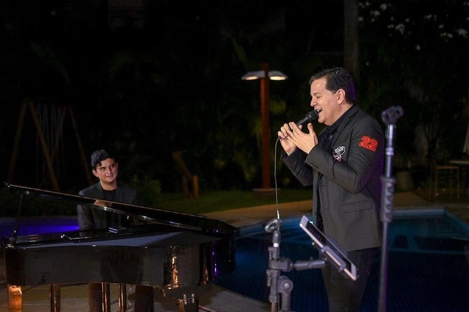 Gustavo Serpa e Paulo Rodrigo cantam e encantam em show surpresa para Lívia Ary