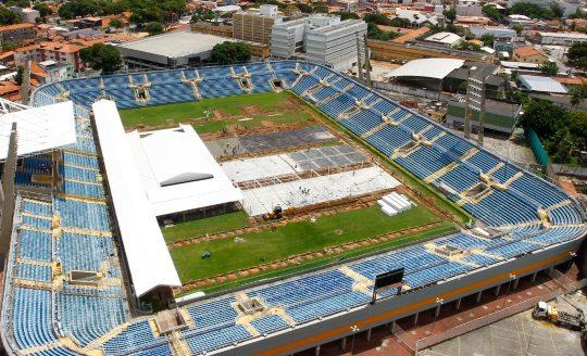Roberto Cláudio fiscaliza obras do hospital de campanha em construção dentro do Estádio Presidente Vargas