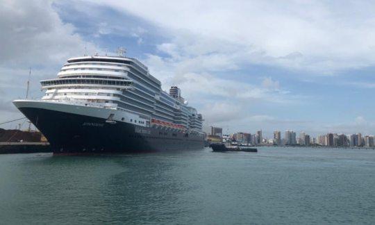Porto de Fortaleza realiza operação de abastecimento de transatlântico