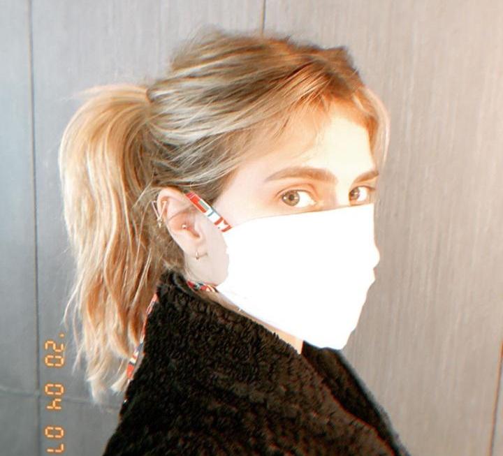 Carolina Dieckmann produz máscaras caseiras para doação durante a quarentena