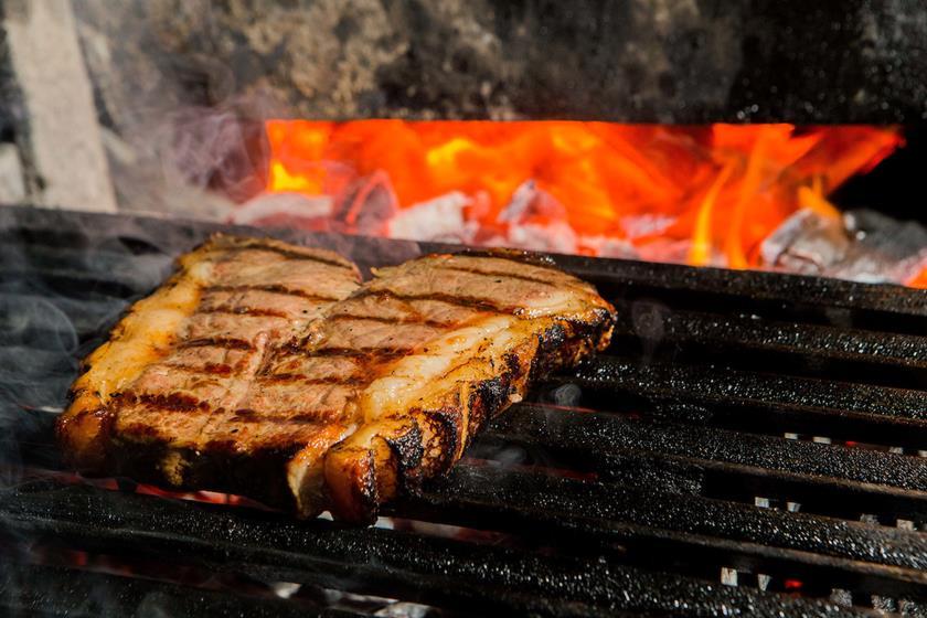 Chef do restaurante Las Brisas, em Punta del Este, revela os segredos do tradicional churrasco uruguaio