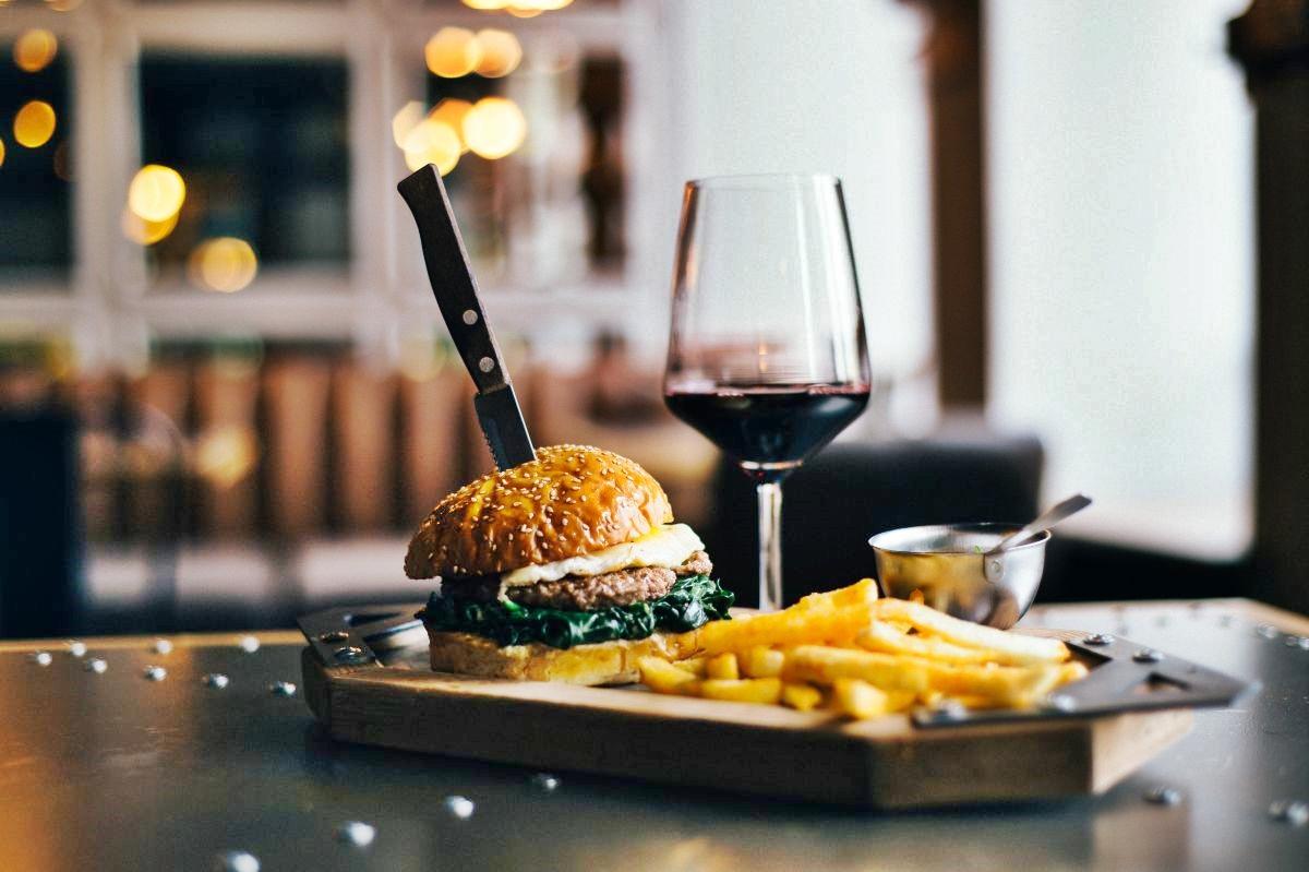 Que tal celebrar o Dia Mundial do Hambúguer harmonizando a iguaria com um bom vinho?