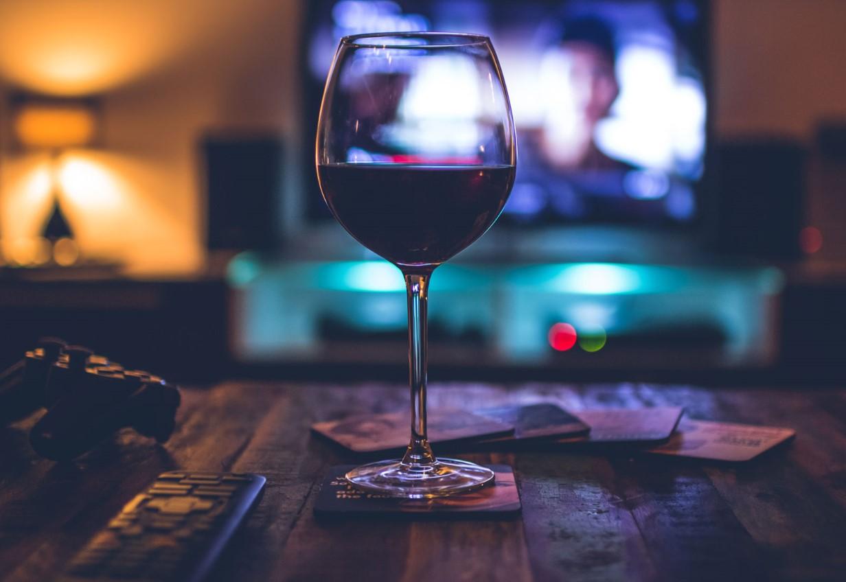 Confira três filmes para assistir acompanhados de uma boa taça de vinho
