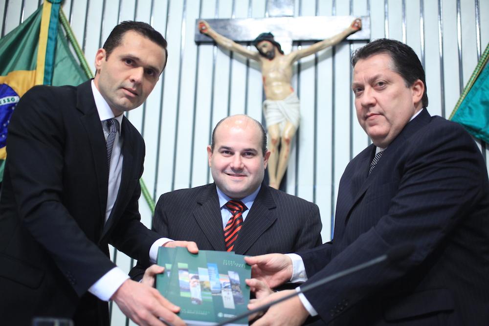 2011 Com O Então Presidente Da Al Rc, Eo O Pr Do Tce Waldomiro Távora, Na Al E Por Ocasião Da Entrega Pelo Executivo Ao Legislativo Do Ppa 2012 2015
