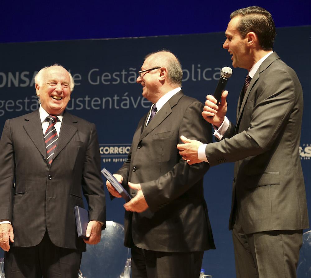 2012 Com Os Ministros Bresser Pereiro E Paulo Bernardo, Em Premiação Em Brasilia Df