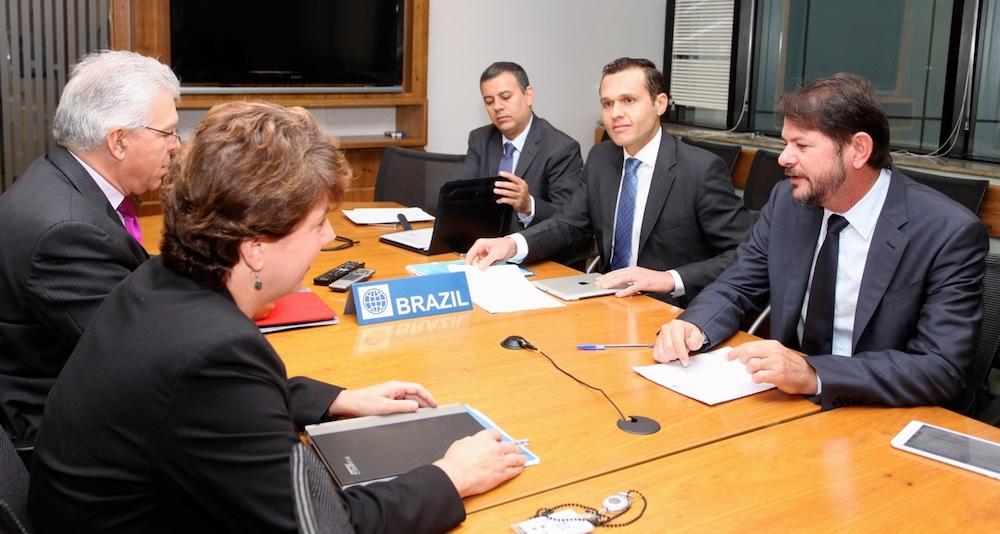 2013 Com O Então Governador Cid Gomes E A Então Representante Do Banco Mundial No Brasil Debbie Wetzel, Em Reunião Na Sede Do Banco Em Brasília