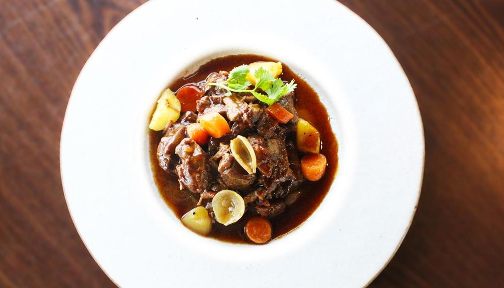 Com protocolos de segurança e menu temático, Restaurante Mayú reabre para o público