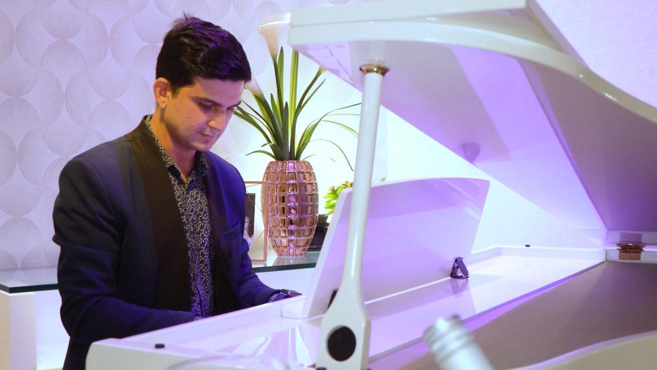 À pedido de Flávia Laprovitera, pianista Paulo Rodrigo faz surpresa especial para Daniel Otoch