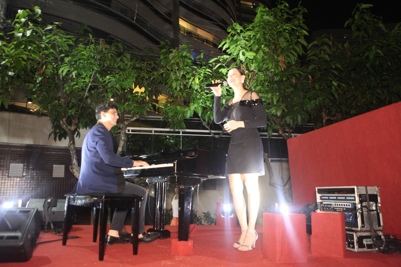 Paulo Rodrigo e Ludmila Amaral fazem show para clientes do L´Ô Restaurante no Dia dos Namorados