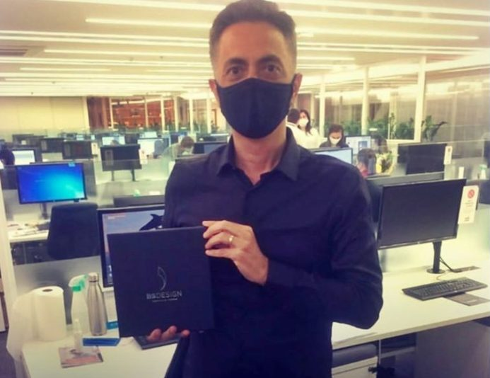 Alexandre Pinto recebe as chaves de suas salas comerciais no BS Design