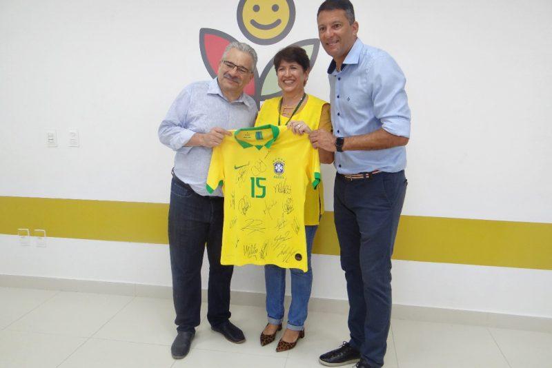Associação Peter Pan realiza leilão de camisa autografada pela Seleção Brasileira