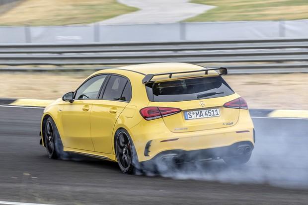 """Prontas para """"voar"""", Mercedes-AMG A 45 e CLA 45 são lançadas no Brasil"""