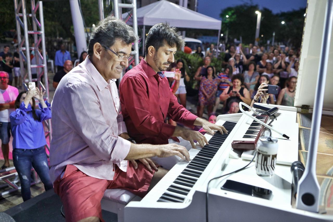 Alexandre Pereira mostra talento ao piano em live com Felipe Adjafre