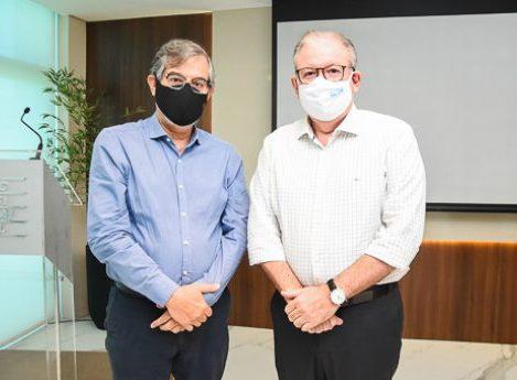 Ricardo Cavalcante e diretoria da FIEC homenageiam CEO da CSP, Cláudio Bastos