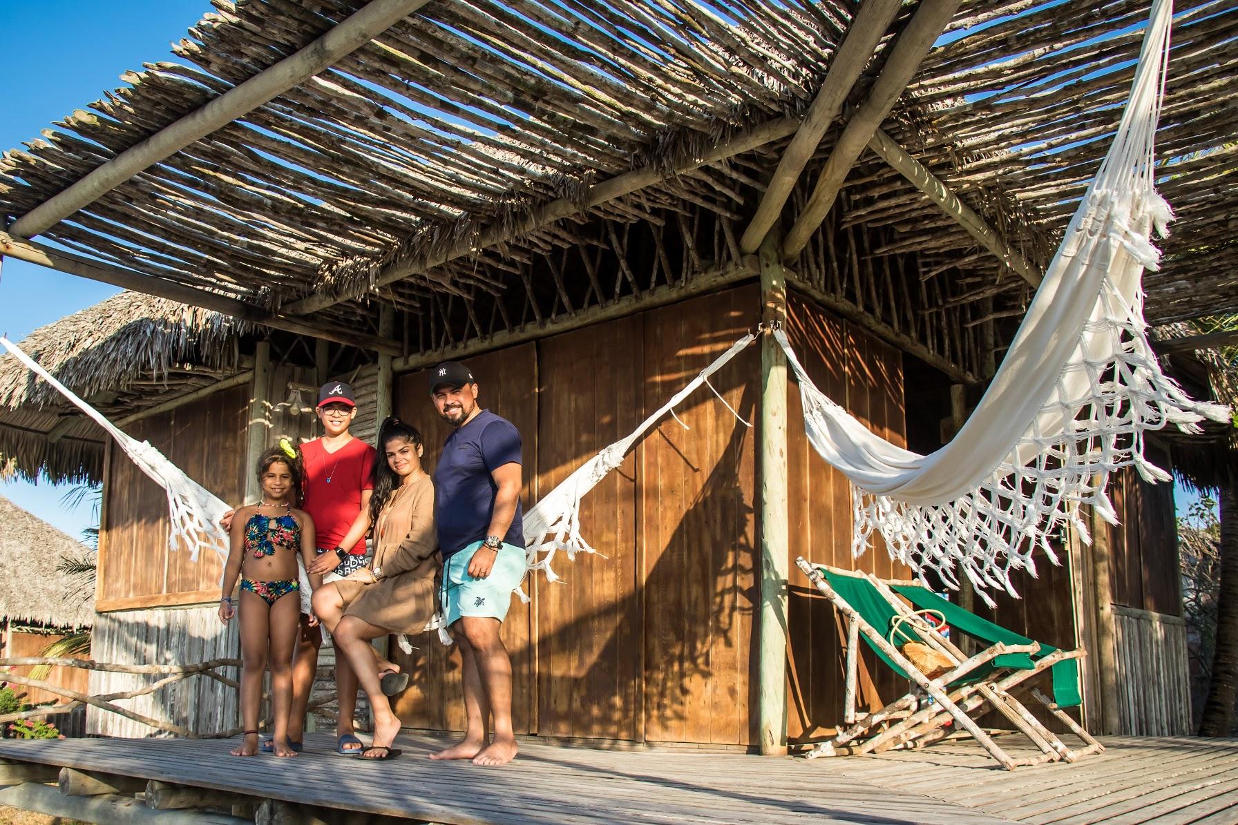 Xand Avião aterrissa no Rancho do Peixe e curte a Praia do Preá rodeado de amigos