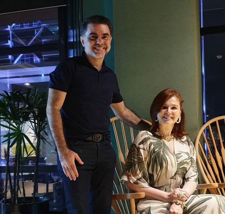 Isaac Furtado presenteia Cheyla com pintura inédita pelos seus 23 anos de casados