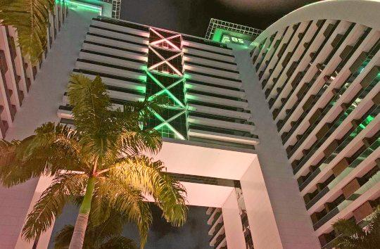 BS Design recebe iluminação com as cores do Brasil neste mês de setembro