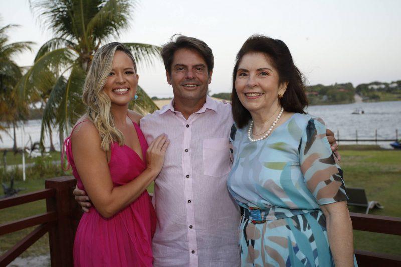 Luiz Carlos, Myrella e Vânia Tomé festejam a troca de idade na Lagoa do Uruaú