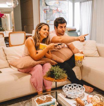 Fernanda Levy e Omar Macêdo abrem as portas de seu apartamento para campanha especial da Galpão D