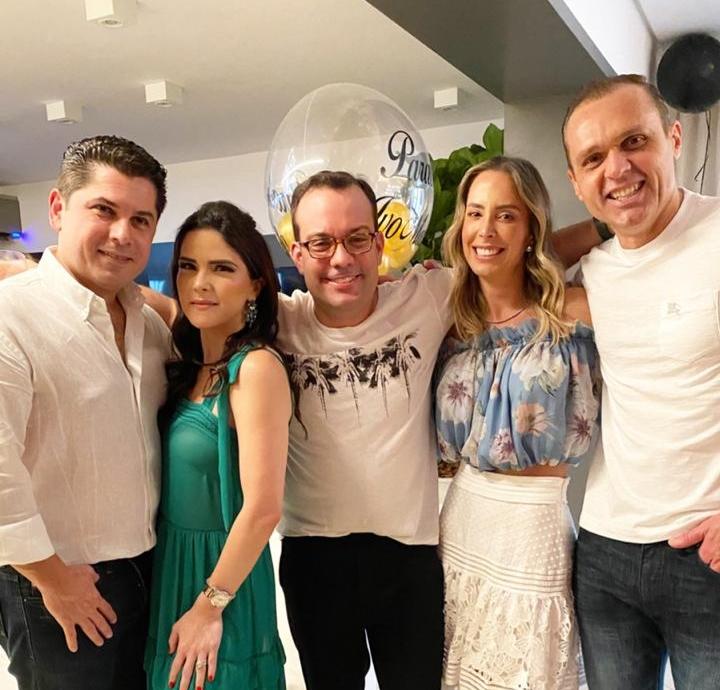 Ivo Machado recebe uma turma querida em seu apê na capital paulista para festejar a troca de idade