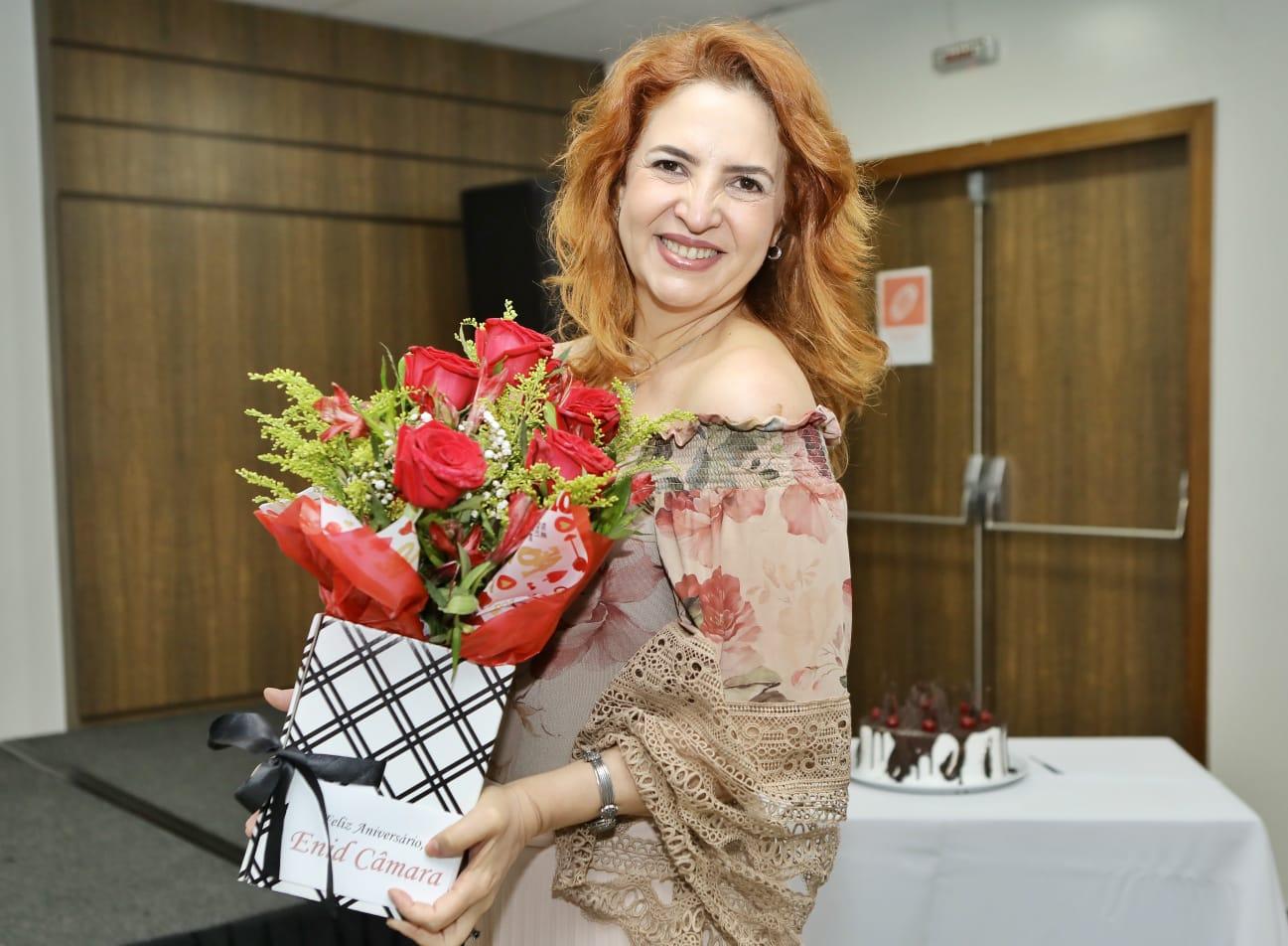 Aniversariante desta quinta-feira (29), Enid Câmara é surpreendida com sessão parabéns no Sonata de Iracema
