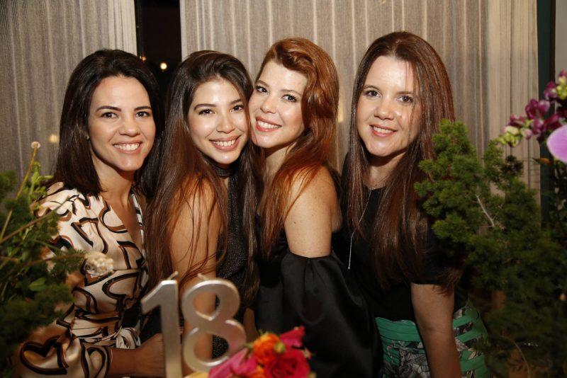 Sessão Parabéns - Lara Holanda celebra seus 18 anos com festa animada no endereço dos avós, Mana e Manoel Holanda