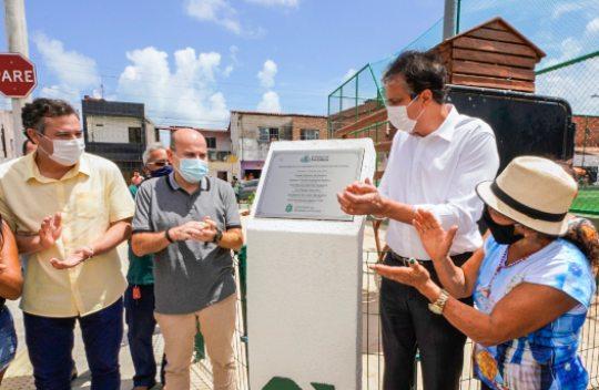 Camilo e Roberto Cláudio inauguram areninha na região da Barra do Ceará