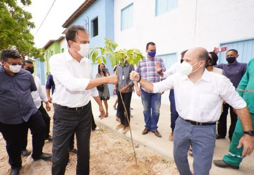 Camilo e Roberto Cláudio entregam residências e ecopontos no bairro Floresta