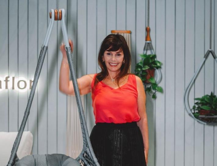 Com móveis da Galpão Design, Maria José Lopes cria o ambiente Estar de Bem para o Janelas CASACOR