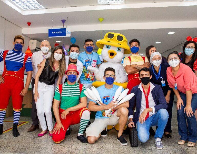 Equipe de entretenimento do Beach Park visita crianças do Hospital Infantil Luís França