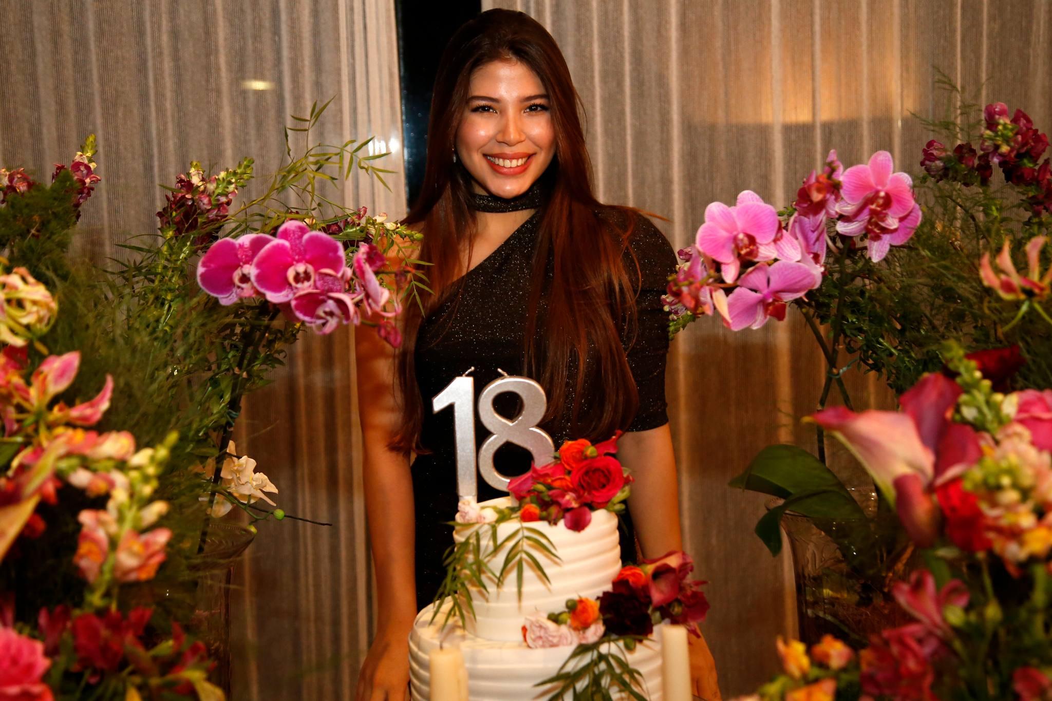 Lara Holanda celebra seus 18 anos com festa animada no endereço dos avós, Mana e Manoel Holanda