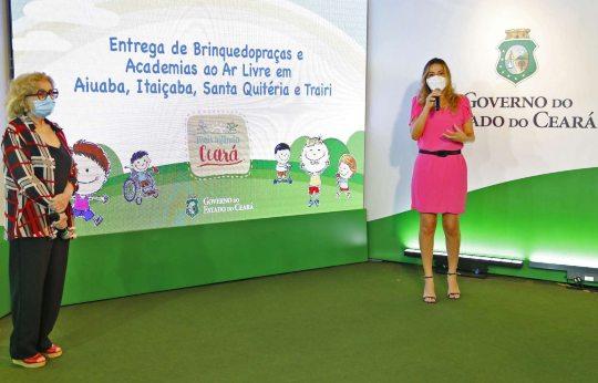 Onélia Santana faz a entrega da 117ª brinquedopraça às crianças do Ceará