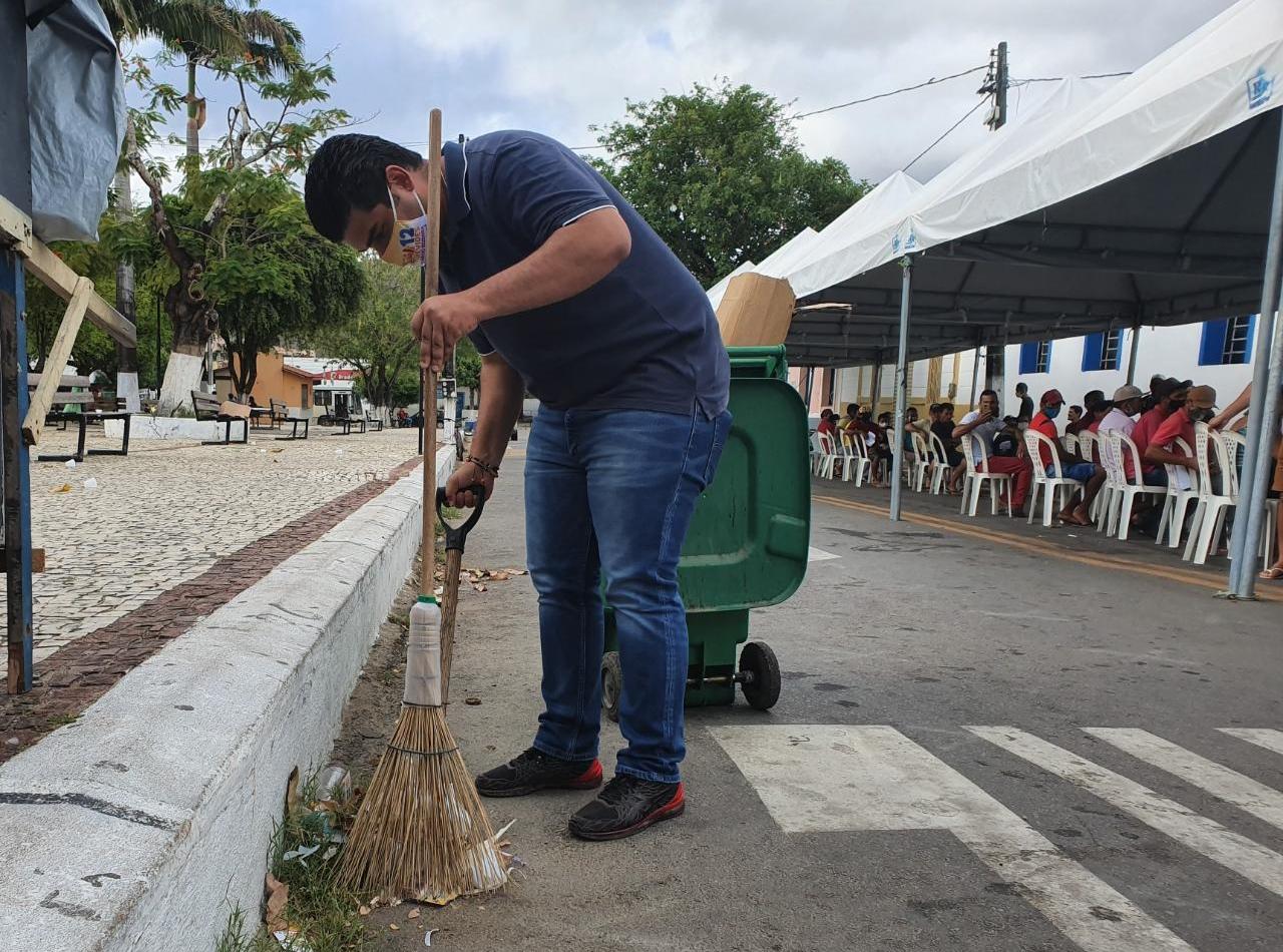 Reeleito prefeito de Rendenção, Davi Benevides varre as ruas da cidade