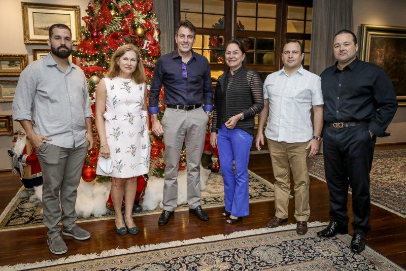 Gestão executiva - Excelentes anfitriões, Otávio e Adriana Queiroz abrem as portas de sua mansão nas Dunas em torno de Carlos Rotella, novo CEO do Grupo Edson Queiroz